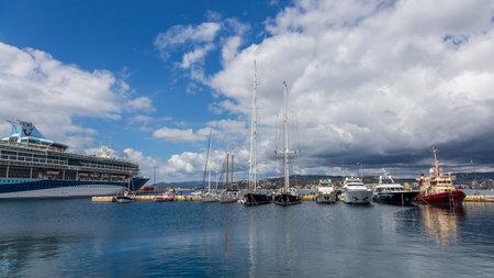 Groot cruiseschip en kleinere schepen in haven Palamos in Spanje, Tui-Ontdekking, 19 Mei, 2017 Spanje Redactioneel