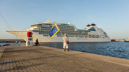 大きなクルーズ船の港シーボーン アンコールからバハマ、長さ 210 m の乗客 592、2017 年 8 月 4 日、スペインのパラモス スペイン