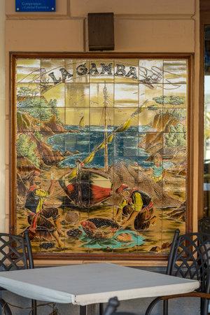 Keramische foto van een beroemd restaurant (La Gamba) in een klein Spaans plaatsje Palamos, 4 augustus 2017 in Spanje