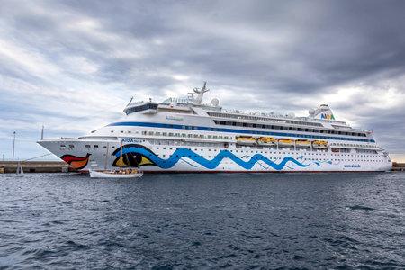大きなクルーズ船の港スペイン、イタリア、長さが 203 m、乗客 1497 年 2017 年 8 月 9 日から相田オーラのパラモス スペイン