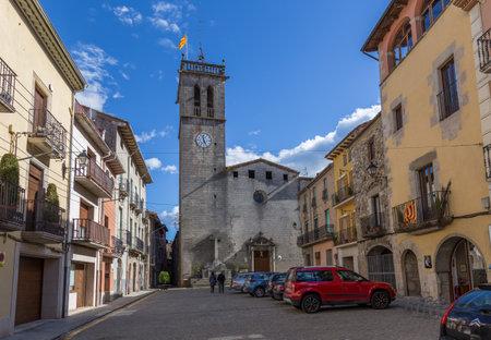 Hermosas casas antiguas de piedra en el antiguo pueblo español de Sant Feliu de Pallerols en España, en Cataluña de España, 03.31.2018 2018