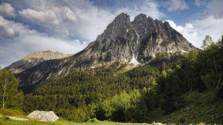 La hermosa Aigüestortes i Estany de Sant Maurici Parque Nacional de la montaña de los Pirineos españoles en Cataluña Foto de archivo