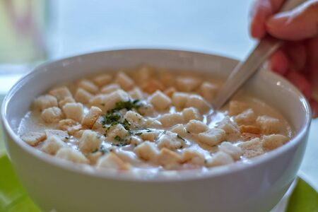 Traditional Hungarian garlic soup with bread pieces in the restaurant Stockfoto