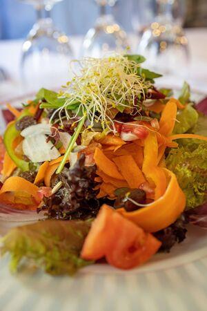 Deliciosa ensalada mixta tradicional española Foto de archivo