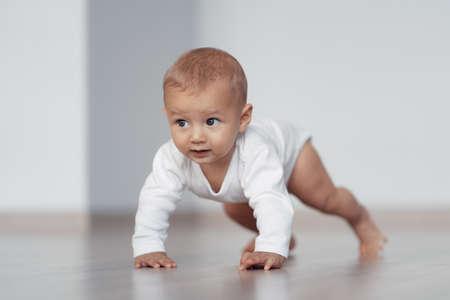 El niño intenta dar sus primeros pasos.