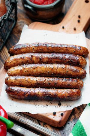 Chipolata de porc. Vue rapprochée des saucisses frites. Plat de viande.