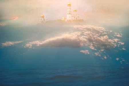 Templo celestial en las nubes sobre el océano. El concepto de religión y fe cristiana y católica. El majestuoso telón de fondo para la oración, la relajación, la meditación y la tranquila experiencia espiritual. Foto de archivo