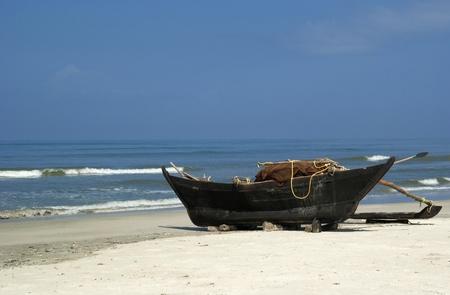 Traditionnel indien bateau de pêche en plage sauvage. Sud goa.India Banque d'images