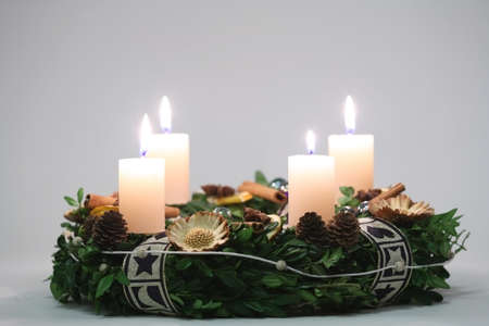 the advent wreath: Corona de adviento con cuatro velas blancas Foto de archivo