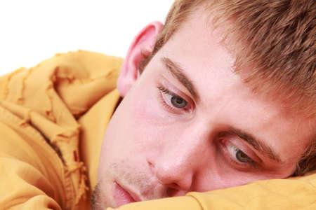 persona triste: Close-up retrato de un ni�o peque�o y triste, foto de estudio