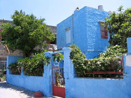 Maison traditionnelle grecque et jardin Banque d'images - 5126673