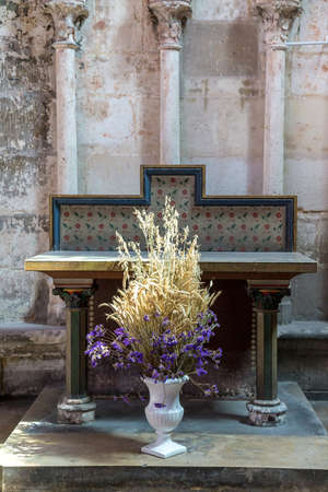 Bouquet of dry flowers and plants in a church 免版税图像