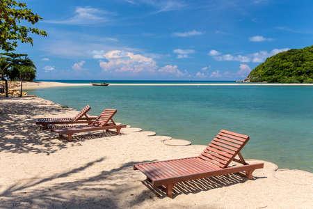 Sunbeds on a tropical beach, Thailand 免版税图像
