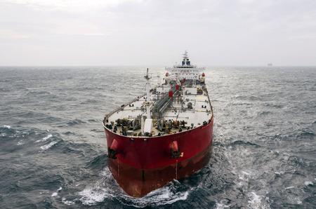 camión cisterna: El petrolero en alta mar Foto de archivo