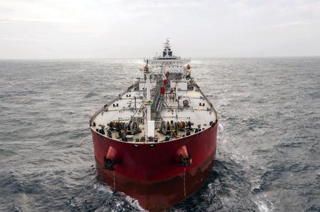 cami�n cisterna: El petrolero en alta mar Foto de archivo