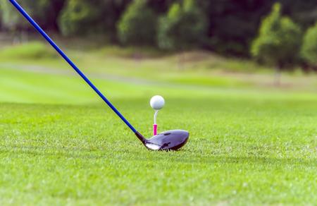 Golf ball: Equipo de golf, pelota de golf con tee en curso y el palo Foto de archivo