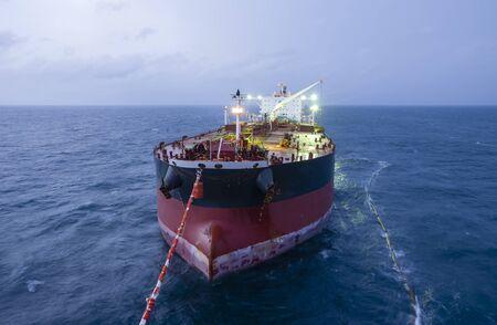 Le pétrolier transfère l'approvisionnement au navire pétrolier. Banque d'images