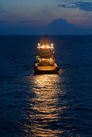 Sea towage in the high sea in the evening Standard-Bild