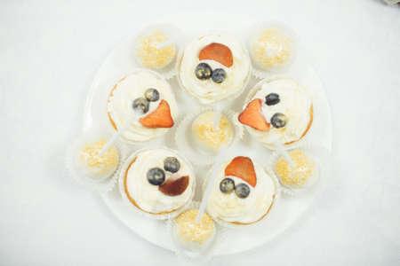sugarpaste: Bride and groom cupcakes