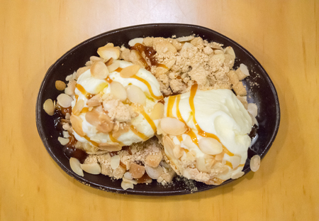 Top View of Vanilla Ice Cream with Caramel and Mixed Nut Banco de Imagens