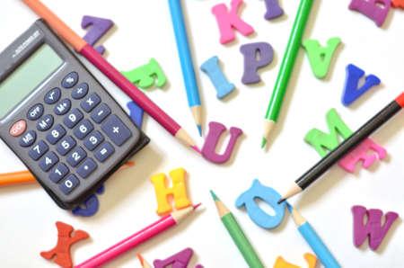 alphabet de couleur ABC avec calculatrice de crayons multicolores