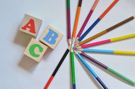 Alphabet de blocs de lettres en bois ABC avec des crayons multicolores