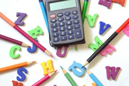 Alphabet de couleur ABC avec calculatrice de crayons multicolores Banque d'images - 83036998