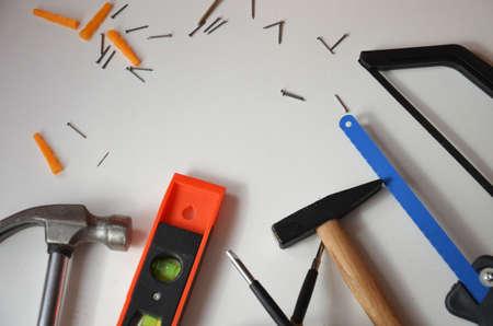 professionelle Baumeister arbeiten mit Hausrenovierungsinstrumenten auf weißem Hintergrund Draufsicht