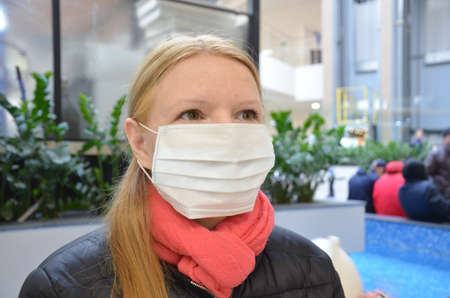 Woman wearing face mask because of Air pollution or virus epidemic in the city Zdjęcie Seryjne