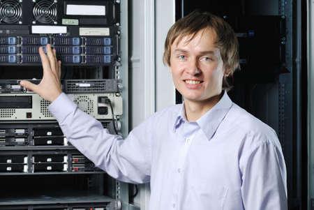 administrador de empresas: Retrato de especialista de j�venes de centro de datos en fron de equipos Foto de archivo