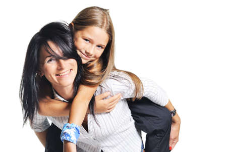 madre e hija: Jugando con la hija de madre joven. Sobre fondo blanco