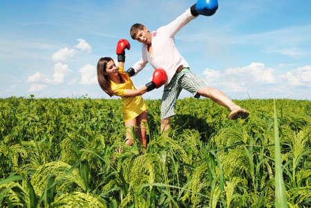 knocked out: Hombre noqueado por mujer