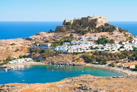 paisaje mediterraneo: Acrópolis en la antigua ciudad griega Lindos, isla de Rhodes, Grecia  Foto de archivo
