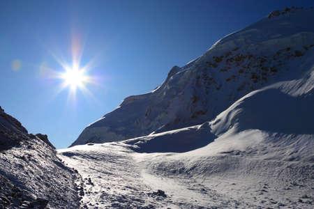 明るい太陽光高原の永遠の雪に穴を開ける
