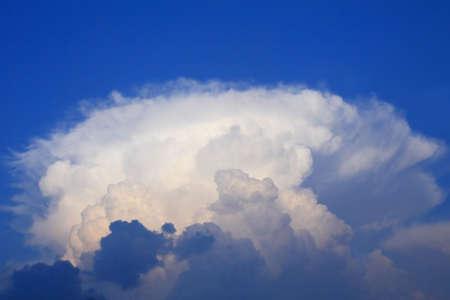 thundercloud: grande thundercloud scuro su uno sfondo del cielo blu di sera