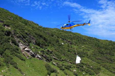 ヘリコプターで山で商品の動き
