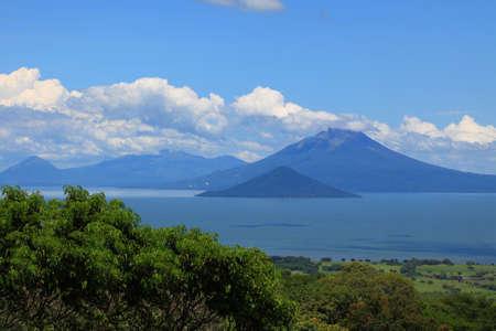 ニカラグア マナグア湖の岸に火山のグループ