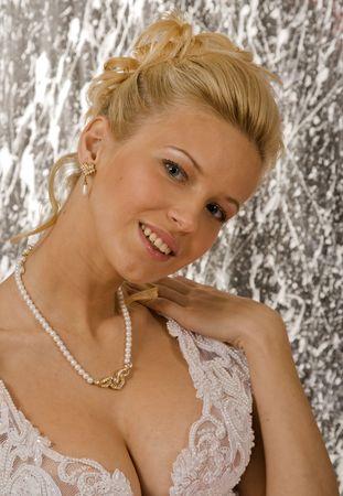 Portr�t des l�chelnden Blondine im wei�en Kleid auf hellen Hintergrund. Foto-Studio