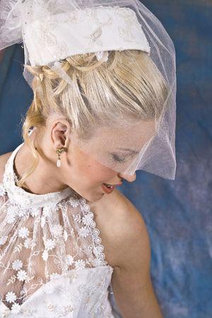 Portr�t des l�chelnden Blondine in wei�en Kleid und Hut mit Schleier. Foto Studio  Lizenzfreie Bilder