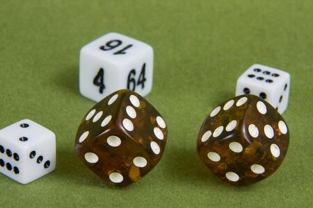 Amber Spiel W�rfel auf gr�nem Hintergrund. Studio Foto.