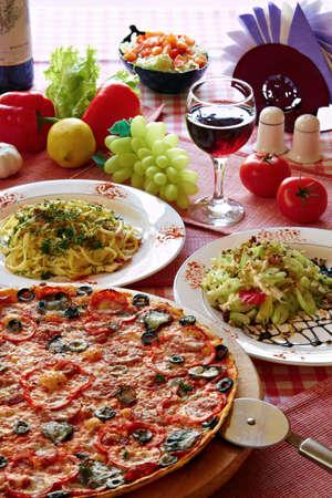 restaurante italiano: Configuraci�n de la cl�sica comida italiana con pizza, pasta, ensalada y vino  Foto de archivo