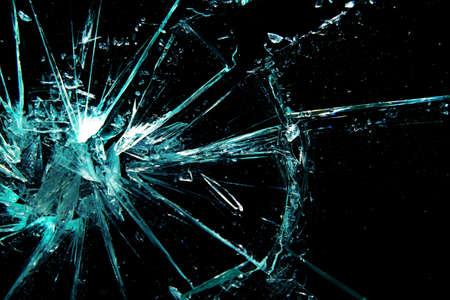 gebroken glas op een zwarte achtergrond