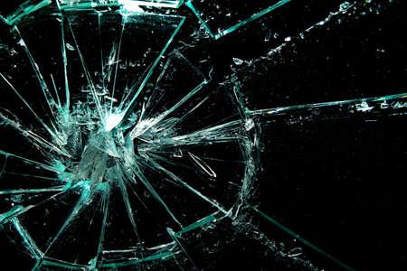 verre: verre bris� sur un fond noir  Banque d'images