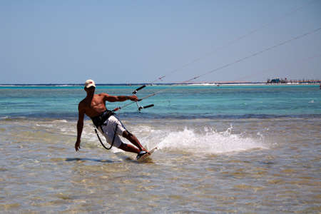 Onbekende man kitesurfen in Rode Zee wateren in Egypte, Sharm-El-Sheikh op 24 april 2010 Redactioneel