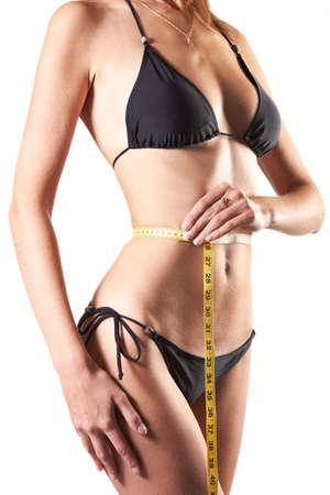 slanke vrouw meten taille met meetlint in centimeters geïsoleerd op witte achtergrond Stockfoto