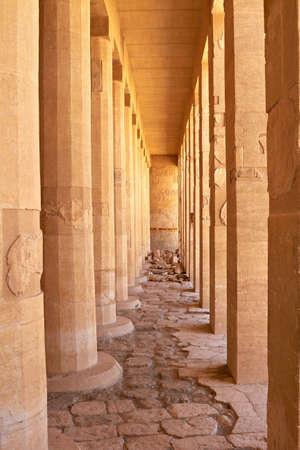 perspectiva lineal: Las columnas en el Templo de la reina Hatshepsut, la perspectiva lineal Editorial