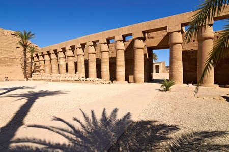 perspectiva lineal: La perspectiva lineal de las columnas y esfinges con cabeza de carnero, Karnak templo, Egipto