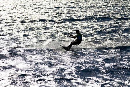 kite surfing: Geïdentificeerde man kitesurfen in Rode Zee wateren in Egypte, Safaga, op oktober 2011