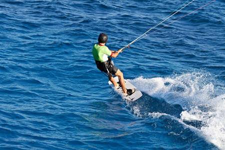 kitesurfen: Geïdentificeerde man kitesurfen in Rode Zee wateren in Egypte, Safaga, op oktober 2011
