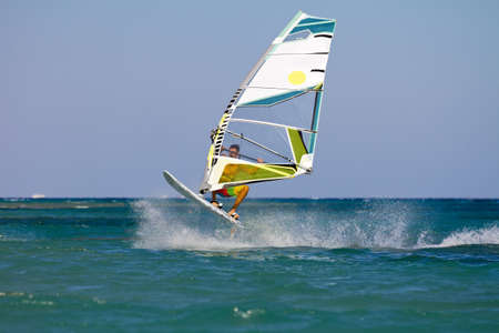 Springen Windsurfer in Rode Zee wateren